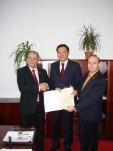 Senatorul Marcel Dumitru Bujor-Preşedintele Comisiei pentru Românii de Pretutindeni, Ambasador-ul Kazahstanului E.S. Daulet Batrashev şi Profesor Doctor Anton Caragea, Director IRICE-web
